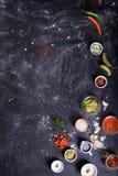 Puchary różnorodni upadów kumberlandy, składniki i przekąska na zmroku stole, Zdjęcie Stock