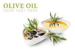 Puchary z czarnymi oliwkami i olejem na białym tle fotografia stock
