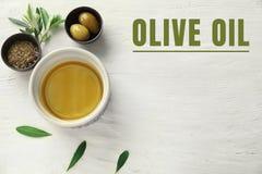 Puchary z olejem, oliwkami i pikantność na bielu stole, obraz royalty free