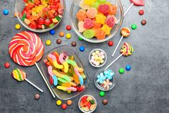 Puchary z wyśmienicie cukierkami obraz stock