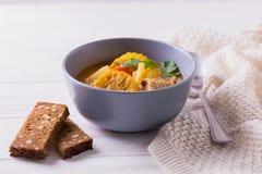 Puchero汤用玉米和荷兰芹在木桌上 库存照片