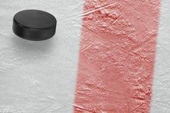 Puck en ijsarenafragment met rode lijn stock afbeeldingen