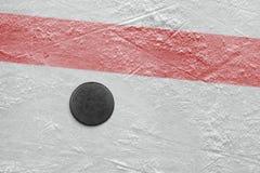 Puck op een hockeypiste Stock Afbeelding