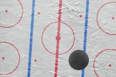 Puck på en hockeyisbana Fotografering för Bildbyråer
