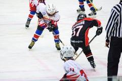 Puck som spelar mellan spelare av 2 ishockeylag Royaltyfria Foton