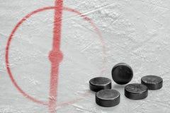 Pucks en een fragment van de hockeyarena met een centrale cirkel royalty-vrije stock afbeelding