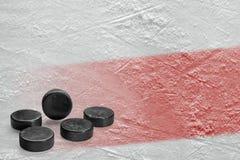 Pucks en ijsbaanfragment met een rode lijn royalty-vrije stock afbeelding
