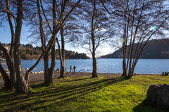 Pucon,智利- 2013年6月3日-本机家庭充当湖边缘 库存照片