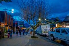 PUCON, CHILE - SEPTEMBER, 23, 2018: Ansicht die im Freien des Touristen gehend nah an Autos parkte in Folge in den Straßen von lizenzfreie stockfotografie
