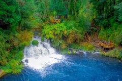 PUCON, CHILE - SEPTEMBER, 23, 2018: Schöne Ansicht im Freien der langen Belichtung des herrlichen Wasserfalls gelegen bei Pucon stockfotografie