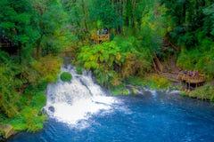 PUCON, CHILE - SEPTEMBER, 23, 2018: Schöne Ansicht im Freien der langen Belichtung des herrlichen Wasserfalls gelegen bei Pucon lizenzfreies stockbild