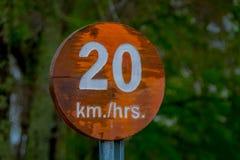 PUCON CHILE - SEPTEMBER, 23, 2018: Stäng sig upp av det träinformativa tecknet av 20 km timmar inom av den recreative Puconen arkivfoton