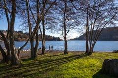 Pucon, Chili - 3 juin 2013 - une famille locale joue dans le bord de lac Photos stock