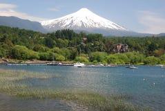 Pucon snöig vulkan Villarrica från Villarrica sjön, Chile Arkivfoton
