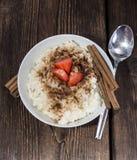 Pudín de arroz con canela y fresas Imagen de archivo