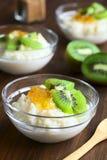 Pudín de arroz con el kiwi y el atasco anaranjado Foto de archivo libre de regalías