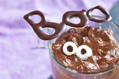 Pudín de chocolate con la melcocha para Halloween Fotos de archivo libres de regalías