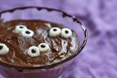 Pudín de chocolate con la melcocha para Halloween Imagen de archivo libre de regalías