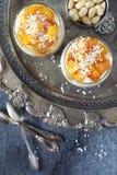 Pudín de la crema de la leche de coco del arroz con la piña caramelizada Fotos de archivo