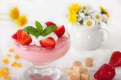Pudín de la fresa con las fresas frescas Fotos de archivo libres de regalías