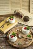 Pudín de la semilla de Chia con las frambuesas chocolate y menta en tarros Cierre para arriba Imagenes de archivo