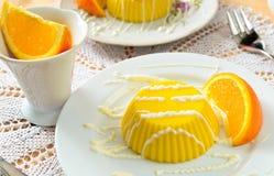 Pudín de las natillas con la salsa y la naranja de la vainilla Foto de archivo