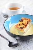 Pudín de pan y de la mantequilla servido como postres imagen de archivo