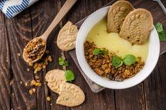 Pudín de vainilla con el granola hecho en casa Fotos de archivo