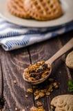 Pudín de vainilla con el granola hecho en casa Imagen de archivo libre de regalías
