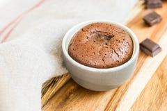 Pudín del chocolate caliente con el centro de la pasta de azúcar Imagenes de archivo