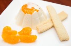 Pudín delicioso con la naranja y las galletas imagen de archivo