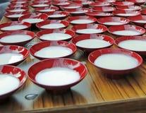 Pudín japonés de la leche en cuencos tradicionales de la porcelana imagenes de archivo
