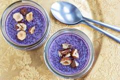 Pudín púrpura del chia del arándano de la comida sana imagen de archivo
