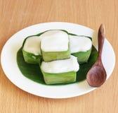 Pudding avec l'écrimage de noix de coco Image stock