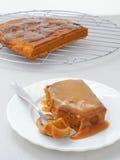 Pudding collant de potiron avec de la sauce à caramel de caramel image stock