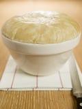 Pudding cotto a vapore del grasso di rognone in un bacino del pudding Fotografia Stock