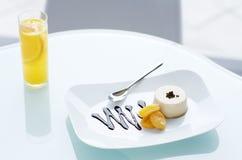 Pudding crémeux avec les abricots et la sauce à chocolat Image libre de droits