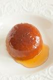 Pudding cuit à la vapeur d'éponge de sirop Photographie stock libre de droits