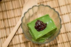 Pudding délicieux de thé vert avec le haricot rouge photos libres de droits