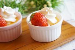 Pudding dans un petit cocotte Photo stock