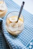 Pudding de banane dans un verre Photographie stock