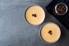 Pudding de café turc avec des grains de café servis dans des cuvettes tout préparées Image libre de droits