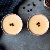 Pudding de café turc avec des grains de café servis dans des cuvettes tout préparées Images stock