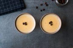 Pudding de café turc avec des grains de café servis dans des cuvettes tout préparées Images libres de droits