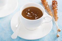 Pudding de caramel avec du sel en écailles Image libre de droits