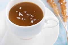 Pudding de caramel avec du sel en écailles Images libres de droits