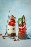 Pudding de chia de chocolat avec du yaourt et des fraises Images stock