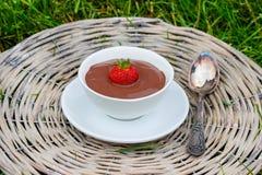 Pudding de chocolat crémeux sur le plateau en osier gris photo stock