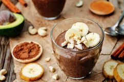 Pudding de chocolat cru de banane d'avocat de vegan Images stock