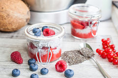 Pudding de graine de Chia avec des baies Images libres de droits